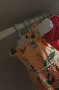 roupinhas de bebê penduradas no cabide
