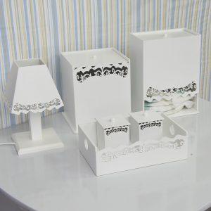 Kit higiene Provençal, composto por 1 abajur, 1 porta fraldas, dois potes para armazenar algodão e cotonete com cestinho, e uma lixeira brancos com detalhes.