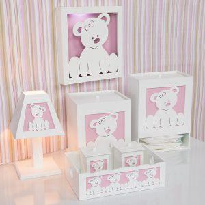 Kit higiene Urda Baby, composto por 1 abajur, 1 porta fraldas, dois potes para armazenar algodão e cotonete com cestinho, uma lixeira e um nicho de ursinho branco e rosa.
