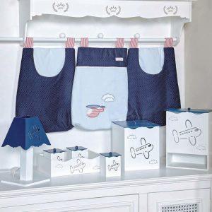 Kit higiene Avião, composto por 1 abajur, 1 porta fraldas, dois potes para armazenar algodão e cotonete com cestinho uma lixeira branco e azul marinho.