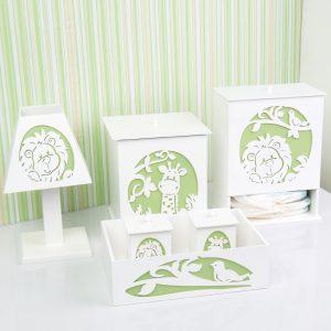 Kit higiene Selva, composto por 1 abajur, 1 porta fraldas, dois potes para armazenar algodão e cotonete com cestinho uma lixeira branco e verde com bichinhos
