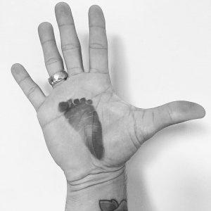 Sua mão com a marca do pé do bebê, foi a forma que o ex-BBB Fernando encontrou para o anúncio.