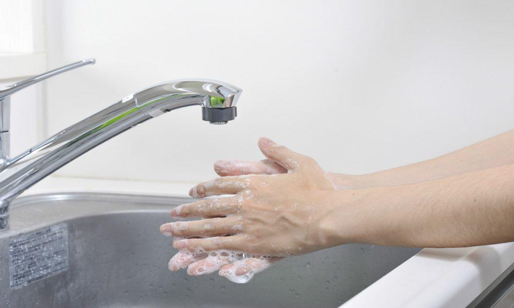 lavar as mãos para pegar o bebê no colo