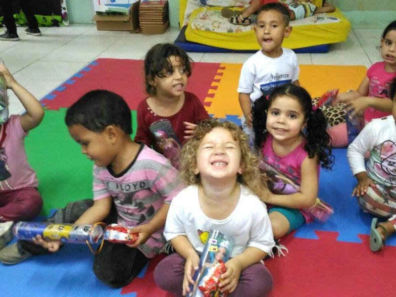crianças do Guarujá recebem doação de presentes da Grão de Gente