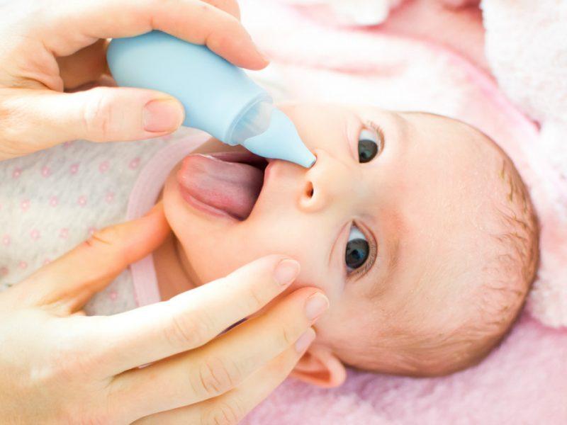 aprenda a limpar o nariz do bebê da forma correta