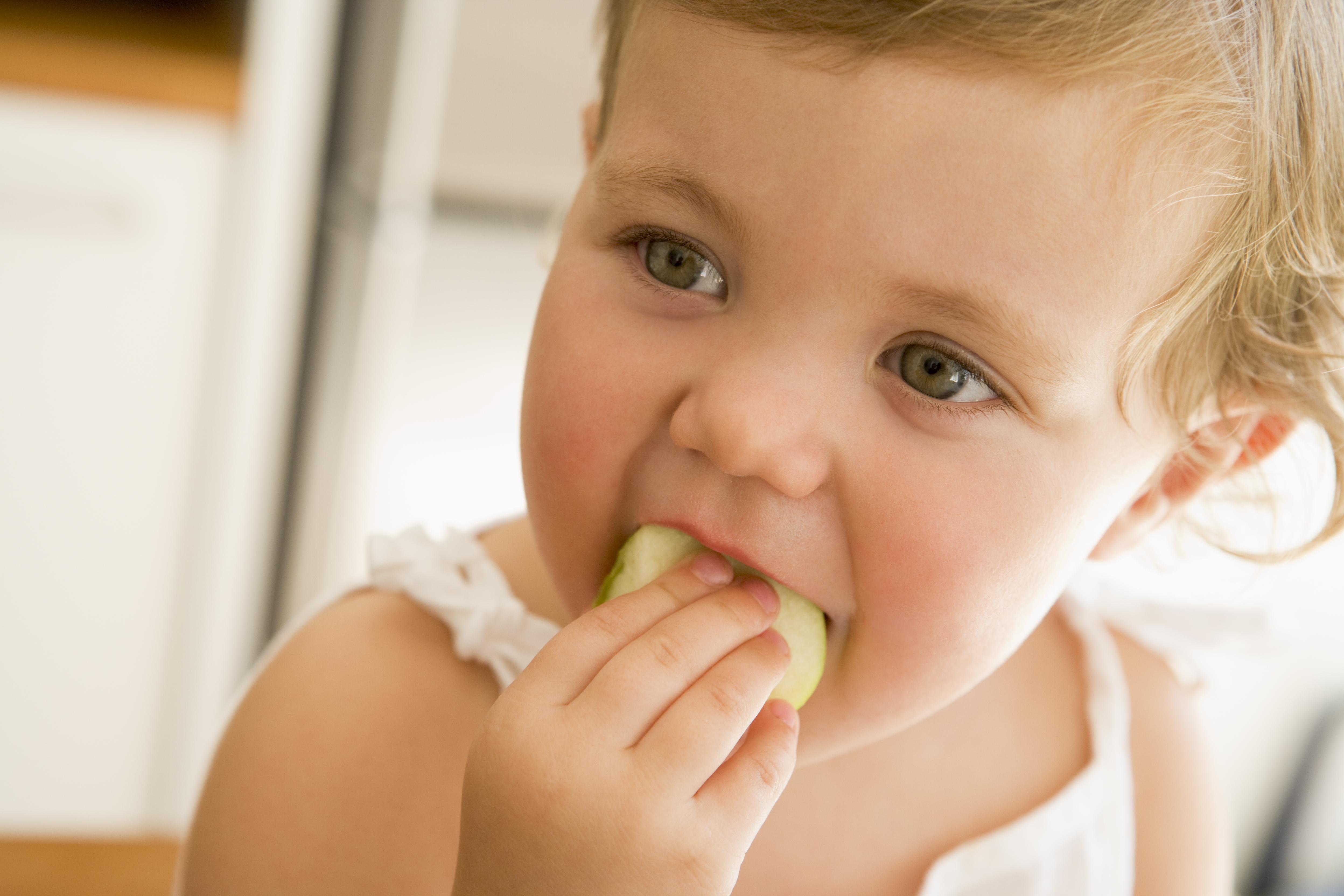 Sem suco: bebê comendo fruta