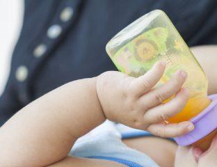 Bebê tomando suco