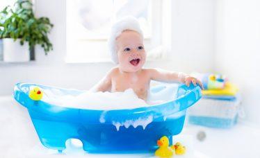 limpar a banheira do bebê