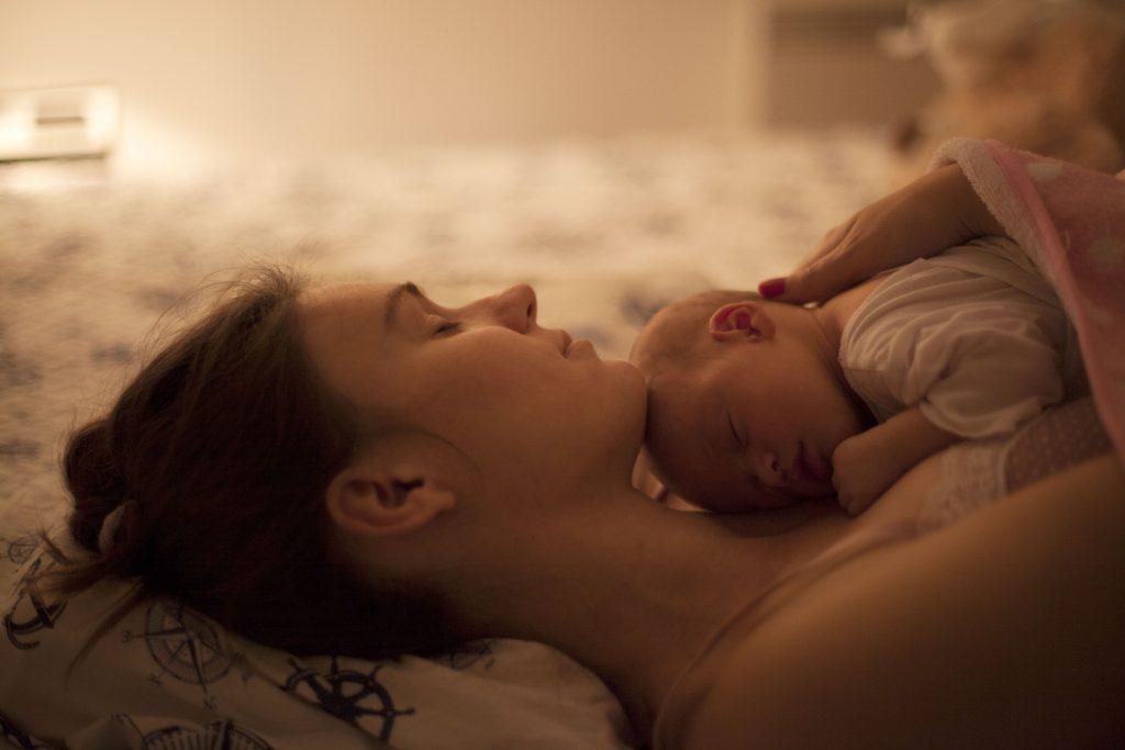 Depressão pós-parto: mãe cansada