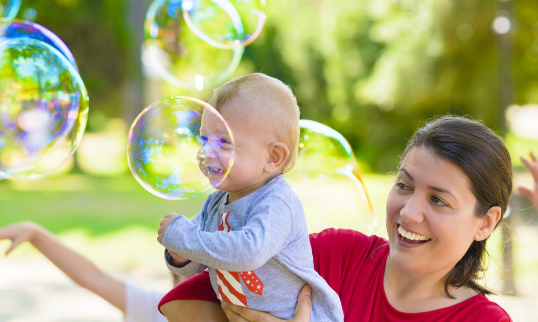 Atividades para bebês: bola de sabão