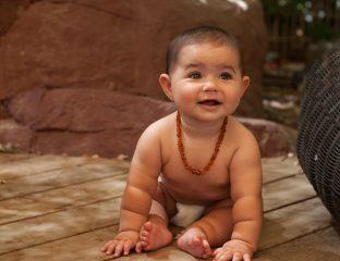 Bebê usando colar de âmbar