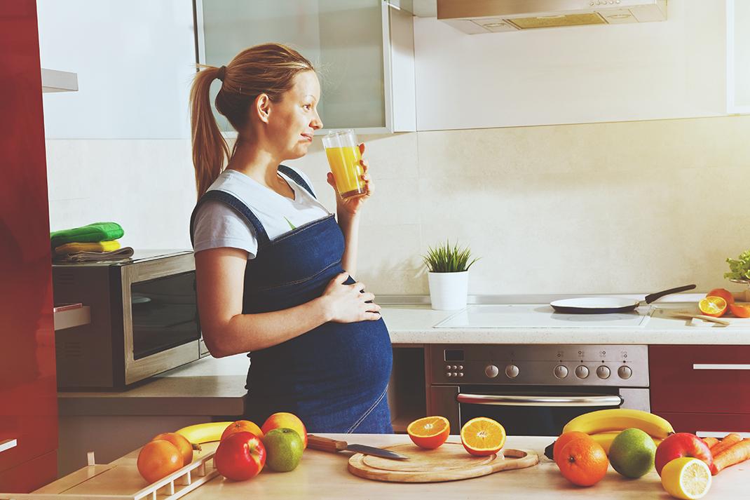 Sucos naturais e alimentos como frutas, verduras e legumes também podem ajudar a melhorar a hidratação das gestantes.