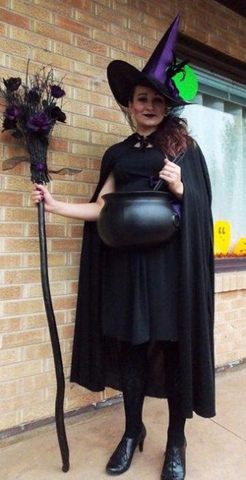 Bruxa com caldeirão - fantasias de halloween para grávidas
