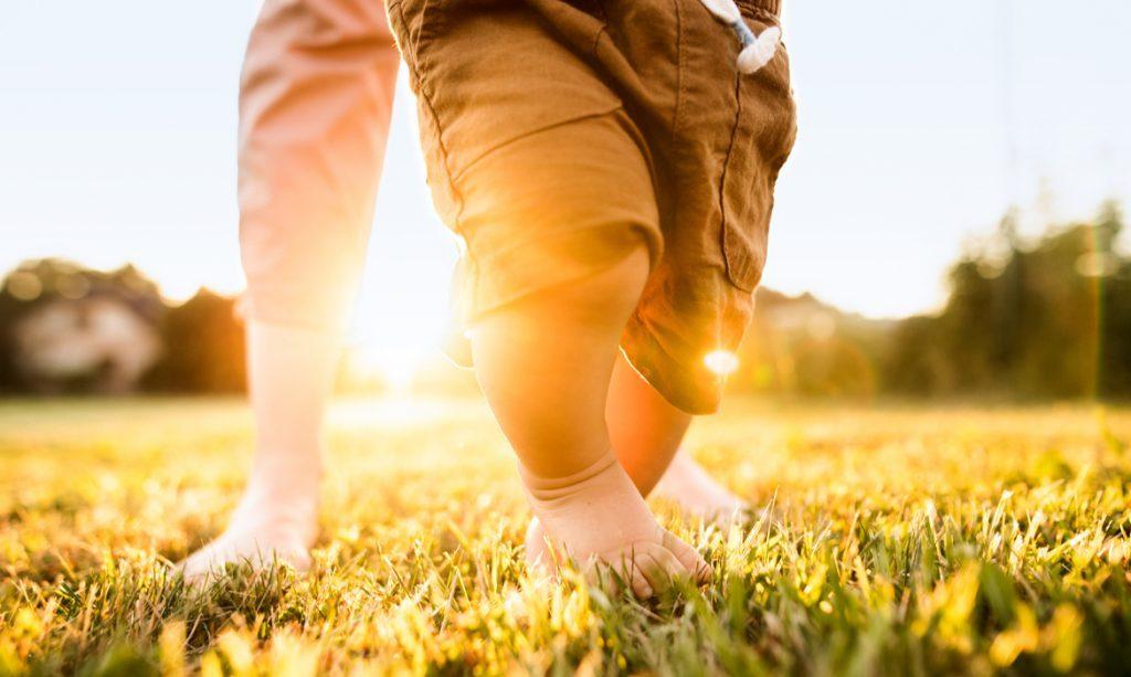 bebê andar descalço