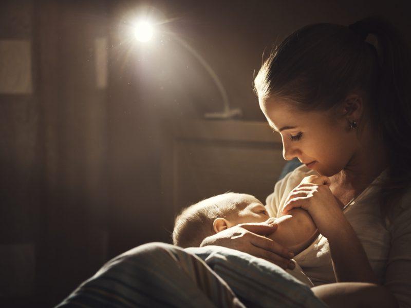 acordar o bebê para mamar